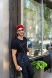Stiliga arabställningar för ung man nära väggleenden, jublar och ho arkivbilder