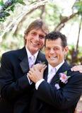 Stiliga glada par på bröllopdag Royaltyfri Bild