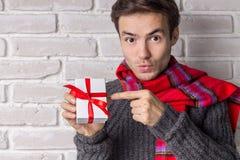 Stiliga Guy Gives en gåva Arkivfoto
