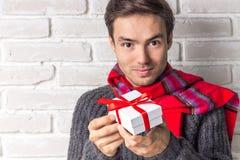 Stiliga Guy Gives en gåva för nytt år Arkivbilder