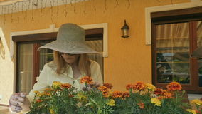 Stiliga kvinnaarbeten med inlagda blommor arkivfilmer