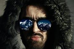 Reflexionen av vintern landskap i solglasögon Arkivfoto