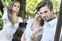 Stiliga par och hans vän Royaltyfria Bilder
