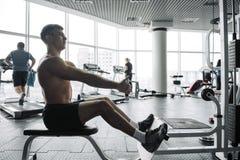 Stiliga starka idrotts- m?n som upp pumpar bakgrund f?r begrepp f?r muskelgenomk?rarebodybuilding - g?ra f?r m?n f?r muskul?s kro fotografering för bildbyråer