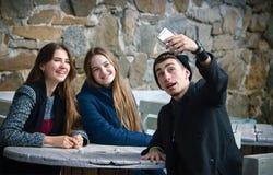 Stiliga vänner som gör selfie och att le och att vila arkivfoton