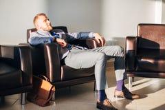 Stiligt affärsmansammanträde i läderfåtölj royaltyfria foton