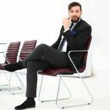 Stiligt affärsmansammanträde på en stol i ett konferensrum arkivbild
