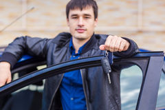 Stiligt anseende för ung man nära hans bil arkivbilder