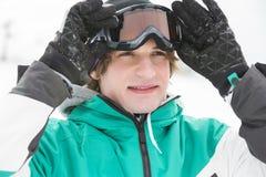 Stiligt bära för ung man skidar skyddsglasögon utomhus royaltyfria bilder