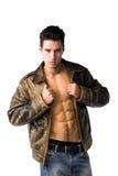 Stiligt bärande läderomslag för ung man på den nakna torson royaltyfri bild