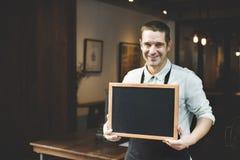 Stiligt Barista Coffee Shop Smiling begrepp Fotografering för Bildbyråer