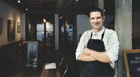 Stiligt Barista Coffee Shop Smiling begrepp Arkivbilder