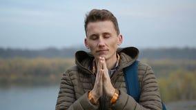 Stiligt be för man som är utomhus-, närbildstående av grabben i morgonnatur stock video