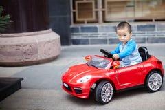 Stiligt behandla som ett barn chauffören royaltyfria bilder