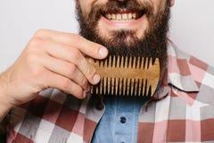 Stiligt caucasian manslut upp med det roliga mustaschhårkamskägget arkivbild