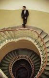 Stiligt elegant grabbanseende på den gammalmodiga trappan royaltyfri fotografi
