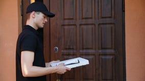 stiligt för bakgrundsaskleverans som isoleras över servicewhitearbetare Man som hem levererar pizza till klienter arkivfilmer