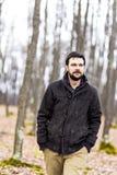Stiligt gå för ung man Fotografering för Bildbyråer