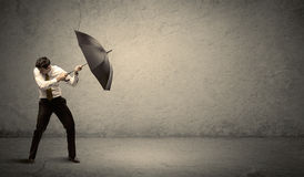 Stiligt hållande paraply för affärsman med kopieringsutrymmebackgroun arkivfoto