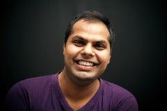 Stiligt indiskt skratta för man Royaltyfri Foto