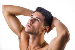 Stiligt isolerad shirtless ung man för passform royaltyfri bild
