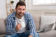 Stiligt kaffe för manavsmakningmorgon hemma arkivfoto