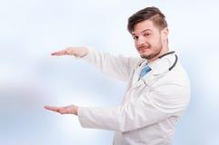 Stiligt läkareinnehav något mellan händer royaltyfri fotografi