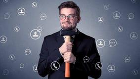 Stiligt mananseende med hjälpmedlet på hans hand Fotografering för Bildbyråer