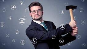 Stiligt mananseende med hjälpmedlet på hans hand Royaltyfria Bilder