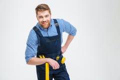 Stiligt manligt byggmästareanseende med utrustning arkivfoto