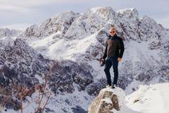Stiligt manlopp i vinterberg med kameran royaltyfri fotografi