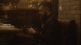 Stiligt mansammanträde i kafét Man sammanträde i restaurangen som ser arround och väntar på något eller någon lager videofilmer