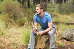 Stiligt mansammanträde på en sten royaltyfri fotografi