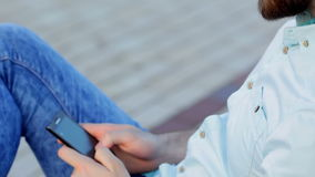 Stiligt mansammanträde utomhus med hans telefon lager videofilmer