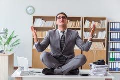 Stiligt meditera på kontorsskrivbordet fotografering för bildbyråer