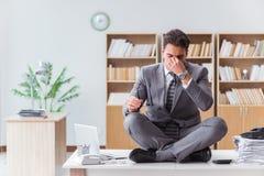 Stiligt meditera på kontorsskrivbordet arkivfoto