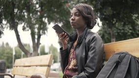 Stiligt moderiktigt meddelande för stämma för afrikansk amerikansvart kvinnainspelning på mobiltelefonen, att han rymmer som är u stock video