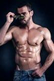 Stiligt muskulöst posera för man royaltyfri foto