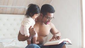 Stiligt naket till midjafadern med exponeringsglas som rymmer en bok lager videofilmer