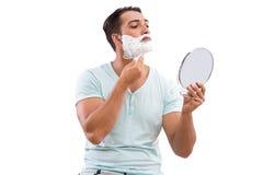 Stiligt raka för man som isoleras på vit bakgrund arkivbilder