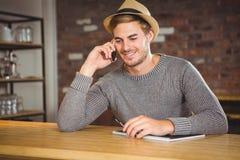 Stiligt ringa för hipster och hållande penna royaltyfria bilder