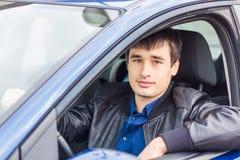 Stiligt sammanträde för ung man i hans bil arkivbild