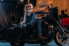 stiligt sammanträde för ung man på motorcykeln arkivbilder