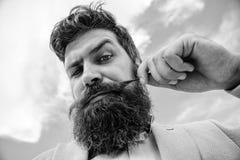 Stiligt skäggigt attraktivt grabbslut för Hipster upp Skäggig hipster för man med mustaschhimmelbakgrund Ultimat skägg och royaltyfria foton