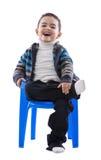 Stiligt skratta pojkesammanträde fotografering för bildbyråer