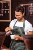 Stiligt tillfoga för uppassare mjölkar till kaffe arkivfoton