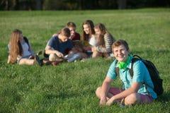 Stiligt tonårigt med ryggsäcken royaltyfri fotografi