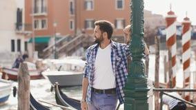 Stiligt turist- manlopp i Venedig, Italien stock video