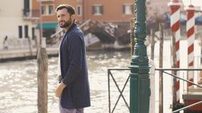 Stiligt turist- manlopp i Venedig, Italien arkivfilmer