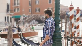 Stiligt turist- manlopp i Venedig, Italien lager videofilmer